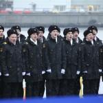 "Экипаж подводной лодки ""Великий Новгород"" поёт гимн на церемонии подъема флага"