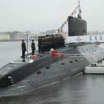 Церемония подъема флага на подводной лодке «Колпино»
