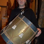 Трофейный французский барабан 1812 года в руках концертмейстера Адмиралтейского оркестра