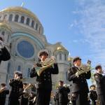 Адмиралтейский оркестр Ленинградской военно-морской базы на фоне Кронштадтского Морского Собора